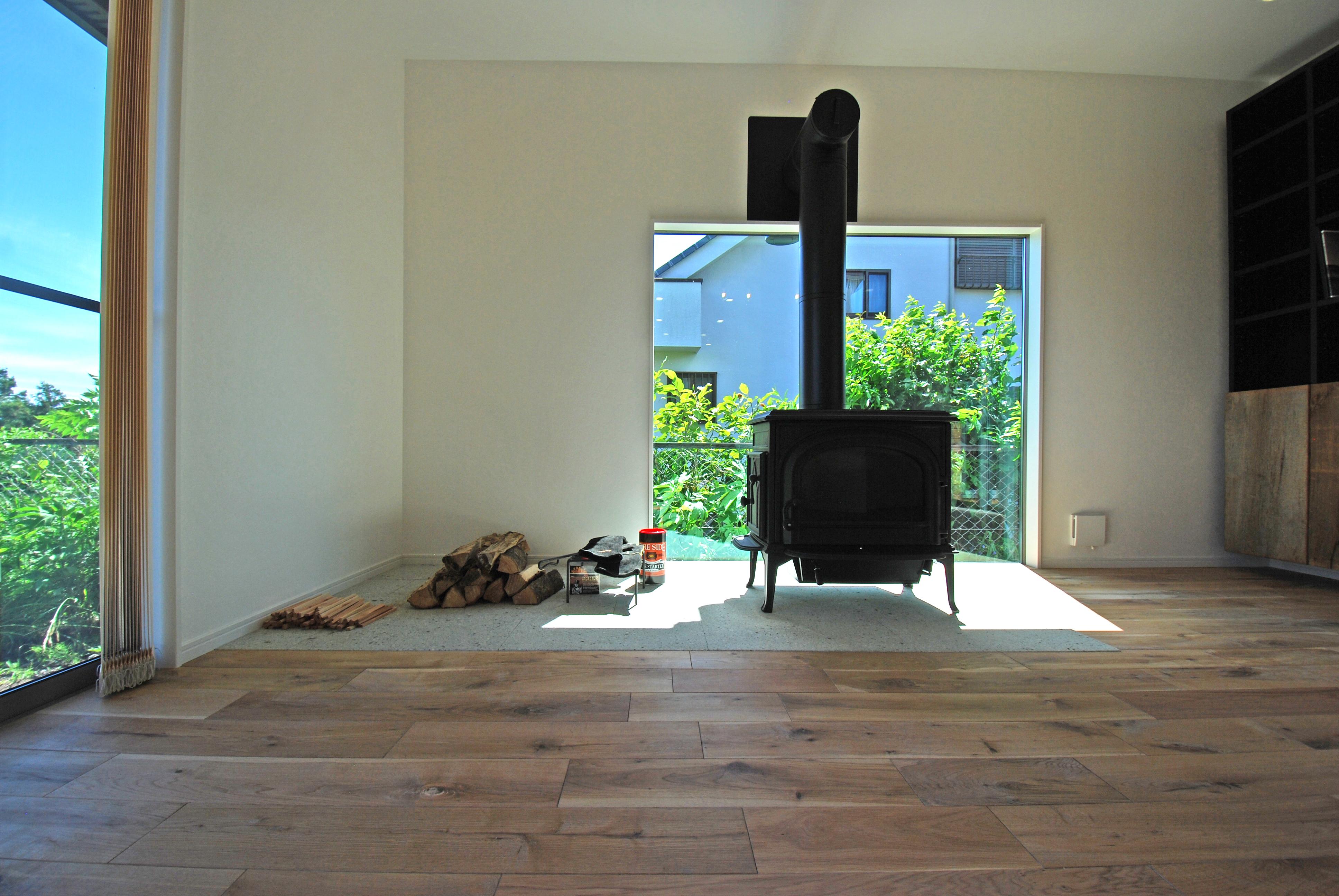 開放的な空間を楽しむ薪ストーブのある家